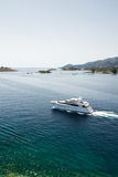 Yacht di lusso vicino all'isola di Poros, Grecia Immagine Stock