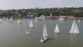 Yacht di Luxery nel porto metraggio Yacht nella porta archivi video