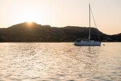 Yacht di navigazione ancorato vicino all'isola Fotografia Stock