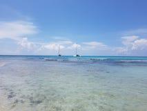 Yacht di navigazione che galleggiano vicino alla costa, giorno soleggiato, viaggio immagini stock libere da diritti