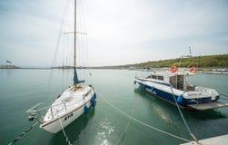Yacht di navigazione e battello da diporto sul pilastro di Sarafovo Burgas, Bulgaria Fotografie Stock