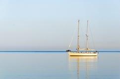 Yacht di navigazione nel mare ionico immagine stock