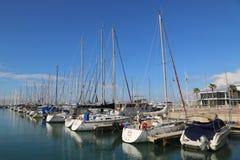 Yacht di navigazione nel porticciolo di Herzliya Immagini Stock Libere da Diritti
