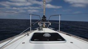 Yacht di navigazione nel vento sulle onde video d archivio