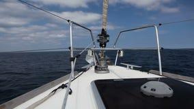 Yacht di navigazione nel vento sulle onde stock footage