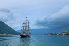 Yacht di navigazione nella baia di Cattaro Fotografie Stock