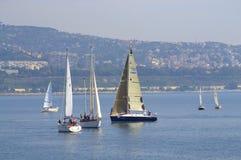 Yacht di navigazione nella baia di Varna Immagine Stock