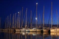 Yacht di navigazione in porto Immagini Stock