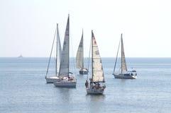 Yacht di navigazione prima dell'inizio della corsa Immagini Stock Libere da Diritti