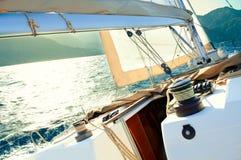 Yacht di navigazione sotto la vela Fotografia Stock Libera da Diritti