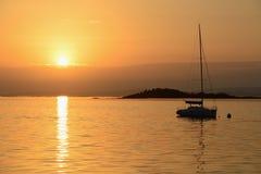Yacht di navigazione sui precedenti del tramonto Immagine Stock Libera da Diritti