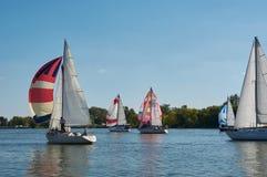 Yacht di navigazione sul fiume Don vicino a Rostov-On-Don immagine stock libera da diritti