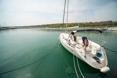 Yacht di navigazione sul nuovo pilastro Sarafovo in Bourgas, Bulgaria Fotografia Stock Libera da Diritti
