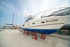 Yacht di piacere e di navigazione sul parcheggio costiero del pilastro di Sarafovo in Burgas, Bulgaria Fotografie Stock Libere da Diritti
