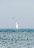 Yacht di ricreazione, navigazione della nave su Mar Nero, acqua blu, giorno soleggiato e chiaro cielo Immagini Stock Libere da Diritti