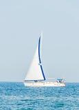 Yacht di ricreazione, navigazione della nave su Mar Nero, acqua blu, giorno soleggiato e chiaro cielo Fotografie Stock Libere da Diritti