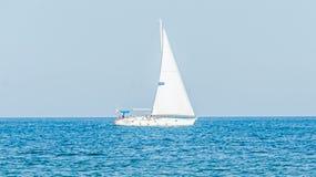 Yacht di ricreazione, navigazione della nave su Mar Nero, acqua blu, giorno soleggiato e chiaro cielo Immagine Stock Libera da Diritti