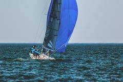 Yacht di sport con la squadra sotto le vele piene Yacht della vela durante la regata nel Mar Nero in Ucraina Classe olimpica SB20 immagini stock libere da diritti