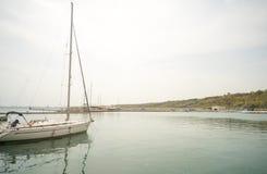 Yacht di sport di navigazione sul nuovo pilastro Sarafovo in Bourgas, Bulgaria Fotografia Stock