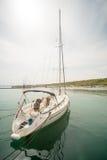 Yacht di sport di navigazione sul nuovo pilastro Sarafovo in Bourgas, Bulgaria Immagini Stock Libere da Diritti