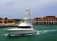Yacht, die auf die Bucht schwimmt stockfoto