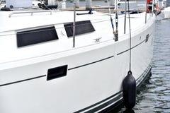 Yacht, die auf Wasser im Hafen schwimmt Lizenzfreie Stockfotografie