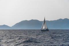 Yacht, die in das Meer schwimmt Stockfotos