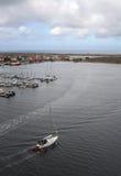 Yacht, die den Jachthafen verlässt Lizenzfreie Stockbilder