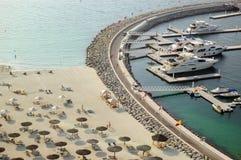 Yacht, die nahe Luxushotel und Strand parkt Lizenzfreies Stockbild
