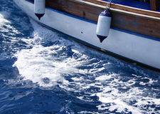 Yacht, die zum Meer geht Lizenzfreies Stockbild