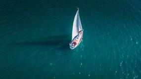 Yacht do céu, veleiro em Valenciain Valência, Espanha imagens de stock royalty free