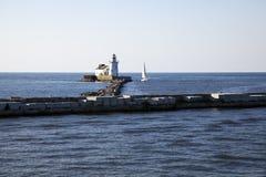 Yacht durch Cleveland-Hafen WestPierhead Stockfotos