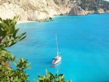 Yacht durch Lefkadas Küstenlinie Stockbild