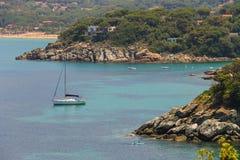 Yacht e barche di navigazione in mar Tirreno su Elba Island, Italia Immagini Stock Libere da Diritti