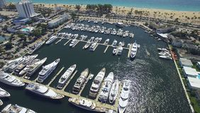 Yacht e barche messi in bacino in porto Siluetta dell'uomo Cowering di affari Immagini Stock