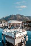 Yacht e barche sul pilastro fotografie stock libere da diritti