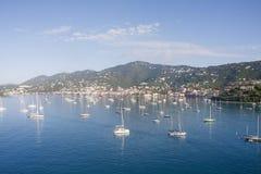 Yacht e barche a vela di lusso in baia blu voluminosa Immagini Stock