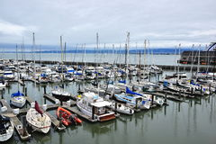 Yacht e barche a vela messi in bacino Fotografie Stock Libere da Diritti