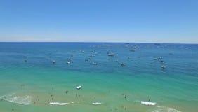 Yacht e barche vicino al litorale ed alla spiaggia popolare Fotografie Stock