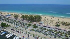 Yacht e barche vicino al litorale ed alla spiaggia popolare Immagine Stock Libera da Diritti