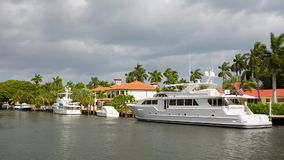 Yacht e casa lussuosa di lungomare al Fort Lauderdale in Florida stock footage