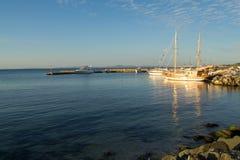 Yacht e mare blu Fotografie Stock Libere da Diritti