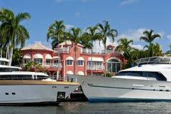 Yacht e palazzo di lusso Fotografie Stock