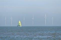 Yacht e parco eolico Fotografia Stock Libera da Diritti