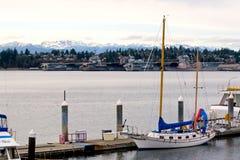 Yacht e vecchi portaerei Fotografia Stock