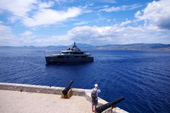 Yacht eccellente che arriva in Idra Fotografie Stock Libere da Diritti
