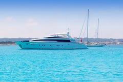 Yacht ed ancoraggio delle barche a vela in illetas di formentera Fotografia Stock Libera da Diritti