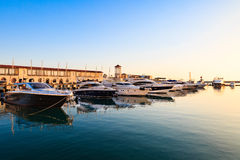 Yacht ed imbarcazioni a motore di lusso in porto marittimo al tramonto Fotografia Stock
