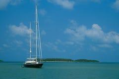 Yacht ed isola Fotografia Stock
