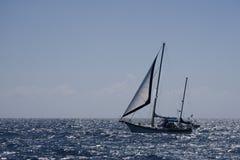 Yacht in einem funkelnden Meer Stockbild